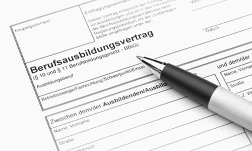 Der Ausbildungsvertrag regelt Verdienst, Arbeitszeiten und Urlabusanspruch für Azubis