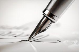 Die eigene Unterschrift gehört zu jeder schriftlichen Bewerbung dazu
